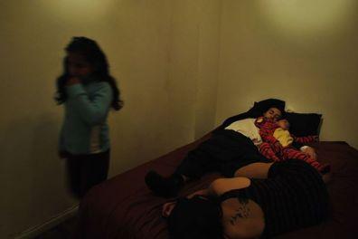 Composición con una familia durmiendo, en la fotografía Sofía Rengifo, Darwin Alarcón y Julián Alarcón-Rengifo.