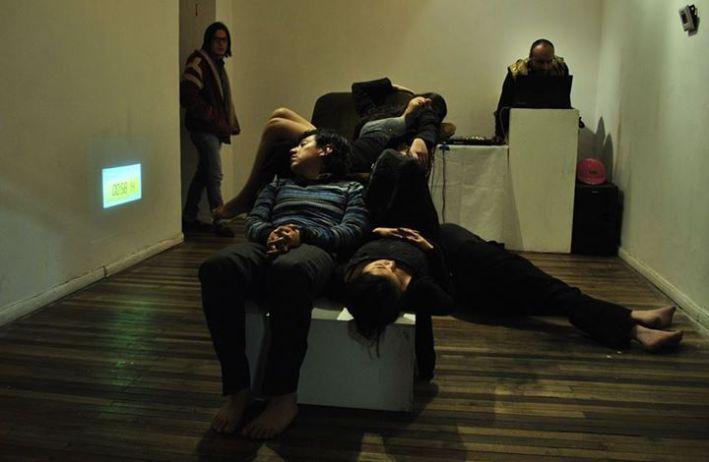 Composición corporal completa en la entrada de la Galería No Lugar, en el fondo Dj. Lujuria.