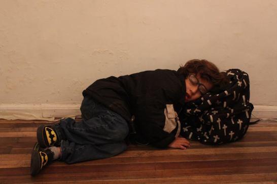 Nahel, un niño que llega a la muestra y hace su interpretación de Taimer en una esquina dentro de la Galería.