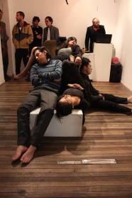 Composición con cuerpos dormidos. En la fotografía: Andros C. Quintanilla, Paty Jurado, Melis a Quijije, Pablo Gallardo en el fondo Dj Lujuria entre alguna gente del público.