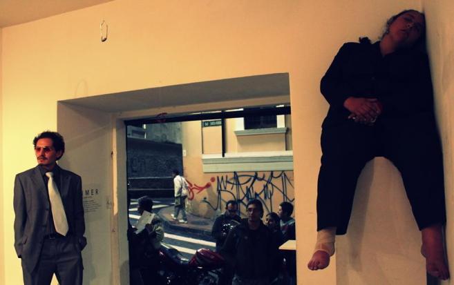 Tián Sánchez en la entrada de No Lugar abriendo la muestra y a un lado Mariuxi Castillo en la intervención Taimer.