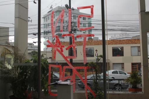 El logo del Sin Teatro a la entrada del Arte Actual Flacso