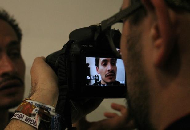 Tián Sánchez durante una entrevista junto a su obra
