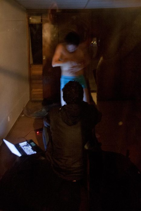 """Experimentos con la realidad, ciclo simultáneo de performance: """"Espectador"""" de Charlie Bernal No Lugar – Arte contemporáneo Sábado 5 de marzo Ph: Pancho Suárez https://sinteatro.com/"""