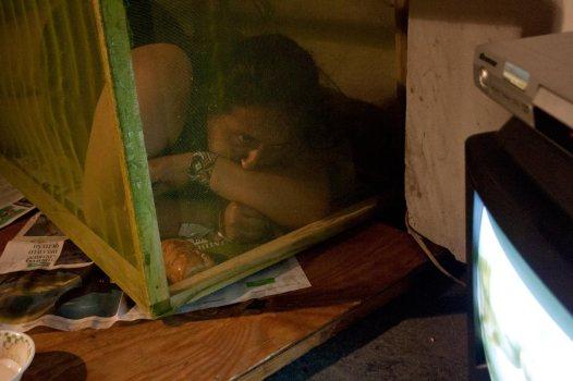 """Experimentos con la realidad, ciclo simultáneo de performance: """"Intercambio"""" de Mariuxi Castillo No Lugar – Arte contemporáneo Sábado 5 de marzo Ph: Pancho Suárez https://sinteatro.com/"""