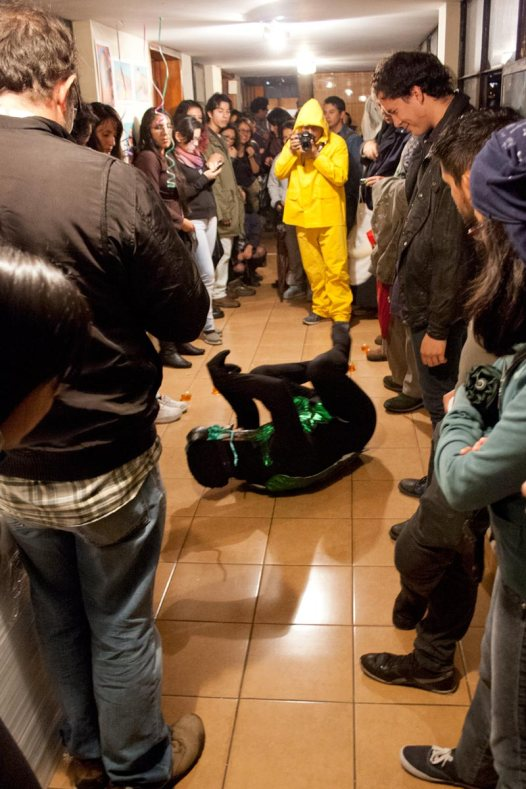 """Experimentos con la realidad, ciclo simultáneo de performance: """"Remix"""" de Juan Carlos Benítez No Lugar – Arte contemporáneo Sábado 5 de marzo Ph: Pancho Suárez https://sinteatro.com/"""